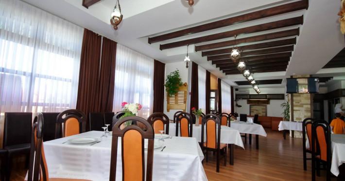pensiunea-laguna-albastra_981_restaurant.jpg