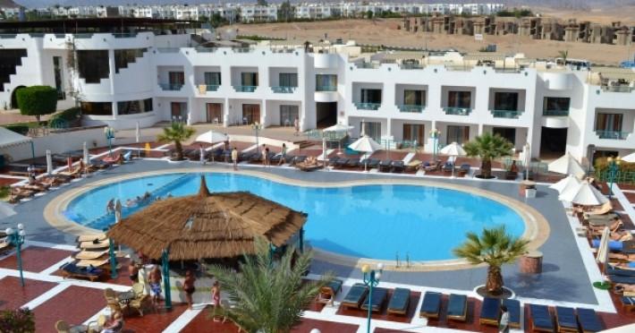 sharm-holiday_3539_sharm-el-sheikh-hotel-sharm-holiday-piscina-exterioara-sezlonguri.jpg